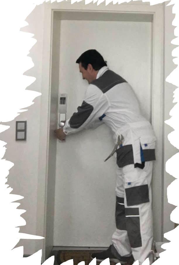Schlüsseldienst Monteur Karl im Einsatz beim Tür öffnen-